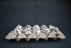 Viele Ostereier mit grafischen Mustern des Gekritzels in der Kartonverpackung Lizenzfreies Stockfoto