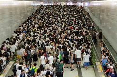 Viele Passagiere, die auf den MTR-Zug am Hauptbahnhof warten, wenn sie zur Demonstration gehen stockfotos