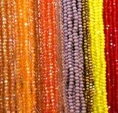 Viele perlenbesetzten Halsketten für Verkauf Stockfotografie