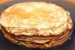 Viele Pfannkuchen gelegt in eine Platte Stockfotos