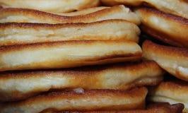 Viele Pfannkuchen steuern frisch gebackene geröstete Lüge in einem Stapel automatisch an stockbilder