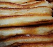 Viele Pfannkuchen steuern frisch gebackene geröstete Lüge in einem Stapel automatisch an stockbild