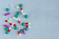 Viele Pillen und Vitamine auf auf hellem Hintergrund stockbilder