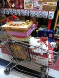 Viele Pralinenschachteln im Warenkorb stockfoto