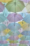 Viele Regenschirme, die im Himmel hängen Stockfoto