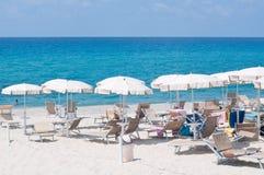 Viele Regenschirme und Stühle an einem Erholungsort in Süd-Italien Stockfotos