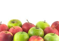 Viele reifen Äpfel als Hintergrund lokalisiert auf weißem c Stockfotografie