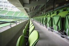 Viele Reihen der Sitze im leeren Stadion Lizenzfreies Stockbild