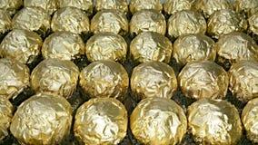 Viele Reihen von goldenen Verpackungen Stockfoto