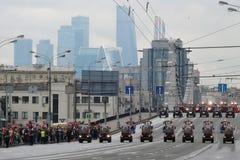 Viele Reinigungsautos an erster Moskau-Parade des Stadt-Transportes Lizenzfreie Stockbilder