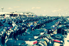 Viele Roller auf dem Parken, Formentera, Spanien AUGUST 21,2013 Stockfotografie