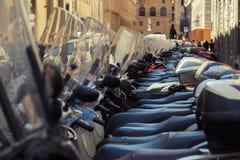 Viele Roller in Folge geparkt Stockbilder