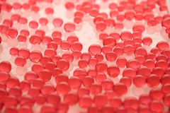 Viele roten Gelmarmore auf Weiß stockfotos
