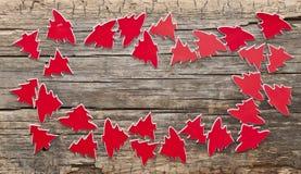 Viele roten Weihnachtsbäume als Hintergrund Lizenzfreie Stockfotografie