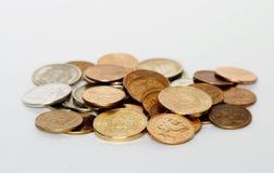 Viele russischen Geldmünzen auf weißem Hintergrund Lizenzfreies Stockfoto