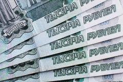 Viele russisches Geld Banknoten kommen in Bezeichnungen von tausend Banknotennahaufnahme stockbilder