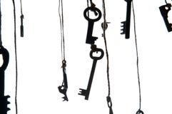 Viele rustikalen Schlüssel, die an der Schnur hängen Selektiver Fokus Getrennt Lizenzfreie Stockfotografie