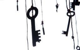 Viele rustikalen Schlüssel, die an der Schnur hängen Selektiver Fokus Getrennt Stockbilder
