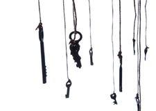 Viele rustikalen Schlüssel, die an der Schnur hängen Selektiver Fokus Getrennt Stockfotografie