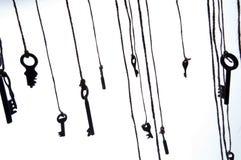 Viele rustikalen Schlüssel, die an der Schnur hängen Selektiver Fokus Getrennt Stockbild