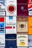 Viele Sätze der verschiedenen Zigaretten fotografierten mit Draufsichtebenenlagezusammensetzung am 25. März 2017 in Prag, Tschech Lizenzfreies Stockfoto