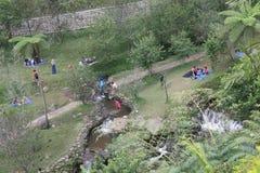Viele südostasiatische Leute auf Picknick nahe dem Fluss stockbild