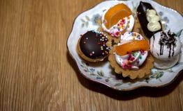 Viele schönen Kuchen auf einer Platte lizenzfreies stockfoto
