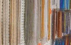Viele schönen schimmernden Halsketten gemacht mit Perlen und colorfu Lizenzfreie Stockfotografie