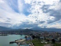 Viele Schiffe, Boote, Kreuzfahrtschiffe im Hafen und Wasser auf dem tropischen Seesommerurlaubsort gegen den blauen Himmel und da stockfotografie