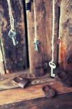 Viele Schlüssel, die an einer Schnur hängen Hölzerner Hintergrund Selektiver Fokus Stockfotos