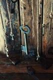 Viele Schlüssel, die an einer Schnur hängen Hölzerner Hintergrund Selektiver Fokus Stockbild