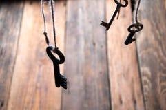 Viele Schlüssel, die an einer Schnur hängen Hölzerner Hintergrund Selektiver Fokus Stockbilder