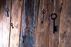 Viele Schlüssel, die an einer Schnur hängen Hölzerner Hintergrund Selektiver Fokus Lizenzfreies Stockbild