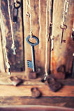 Viele Schlüssel, die an einer Schnur hängen Hölzerner Hintergrund Selektiver Fokus Lizenzfreie Stockfotos