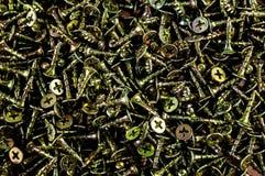 Viele Schrauben und Schraubenzieher auf dem Tisch Stockbild
