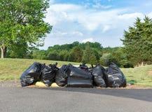 Viele schwarzen Plastiktaschen des Abfalls oder des Abfalls Lizenzfreie Stockfotografie