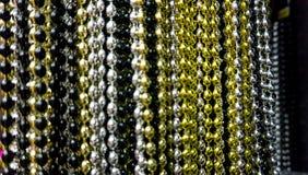 Viele Schwarzen, weißen, Silber, Gold und Goldperlenpartei neacklaces für Feiern oder Hintergrund der neuen Jahre Makroabschluß lizenzfreies stockfoto