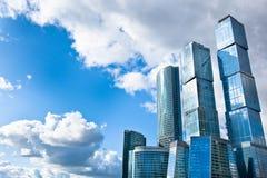 Viele scyscrapers der Moskau-Stadt unter blauem Himmel Lizenzfreies Stockbild