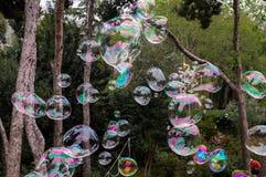 Viele Seifenblasen in einem Park lizenzfreie stockfotos