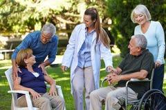 Viele Senioren im Park der Krankenpflege Stockbild