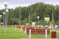 Viele setzen im Park auf die Bank lizenzfreie stockfotos