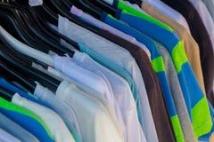 Viele Sommerkleider in den verschiedenen Farben Lizenzfreie Stockbilder