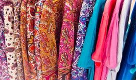 Viele Sommerkleider in den verschiedenen Farben Lizenzfreies Stockfoto