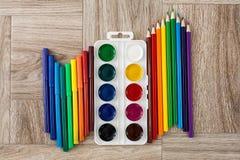 Viele sortierte Farbmarkierungsstifte und -bleistifte mit Aquarellen Stockbilder