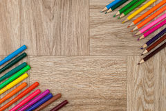 Viele sortierte Farbmarkierungsstifte und -bleistifte mit copyspace Stockfotos
