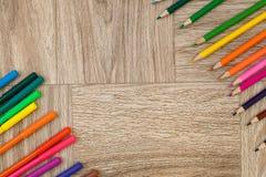 Viele sortierte Farbmarkierungsstifte und -bleistifte mit copyspace Lizenzfreie Stockfotografie