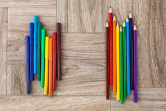 Viele sortierte Farbmarkierungsstifte und -bleistifte mit copyspace Lizenzfreies Stockfoto
