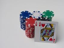 Viele Spielchips von verschiedenen Bezeichnungen und von guten starken beginnenden Karte Stockfoto