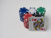 Viele Spielchips von verschiedenen Bezeichnungen und von guten starken beginnenden Karte Lizenzfreies Stockbild