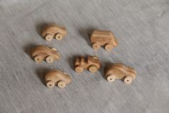 Viele spielen das Auto, das vom handgemachten Holz hergestellt wird und auf einer Sperrholztabelle, ein flockiger Hintergrund von lizenzfreie stockbilder
